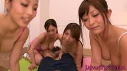 幾個日本美少女幫它男用口出,然後爆到她們滿嘴都是精液!