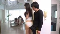 入錯房間被幾個美少女輪姦,毒男真性福!