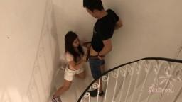 Deux Jeunes Excités Baisent Dans L'escalier D'un Immeuble