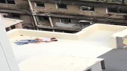 【流出】香港銅鑼灣唐樓天台纏綿,烈日當空下激戰連連,打樁式慢慢鋤爆條女!