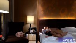 湯先生酒店開房約炮混血童顏巨乳美女2近景拍攝的
