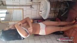 新疆漂亮妹子洗澡身材真好