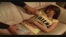 日本女生睡到一半就被拉下內褲,偷偷地幹進去!