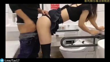 小情侣在公共厕所操起来
